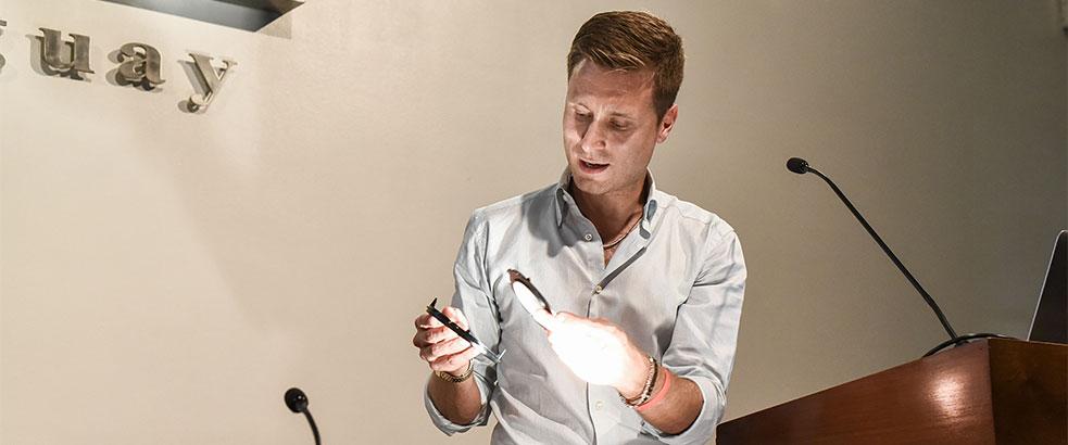 * El Ing. Simone Polenta muestra el efecto de una de las luminarias utilizadas en la Escuela Grande de San Roque en Venecia