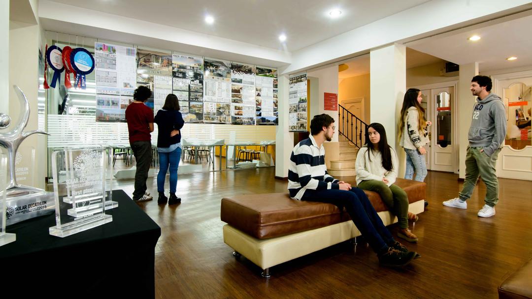 Hall de la Facultad de Arquitectura - Universidad ORT Uruguay